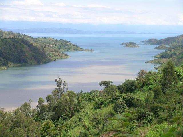 Kivu là hồ nước nằm ở biên giới giữa 2 nước Cộng hòa Dân chủ Congo và Rwanda. Hồ nước này đặc biệt nguy hiểm do chứa một lớp khí CO2 dày và 55 tỷ mét khối khí metan được tạo ra bởi vi khuẩn dưới đáy hồ. Kết hợp 2 thứ lại biến hồ Kivu giống như một quả bom khổng lồ có thể gây chết người bất cứ khi nào.