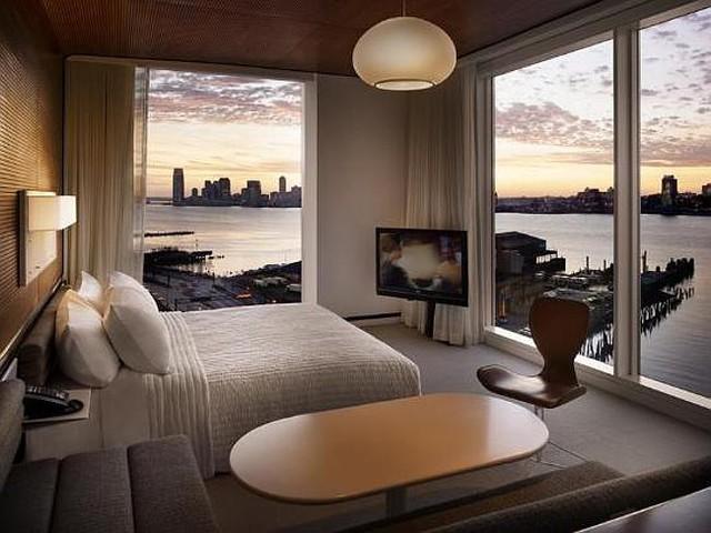 Khách sạn Standard High Line, New York (Mỹ) thiết kế các phòng ngủ có cửa sổ kính trong suốt thay các bức tường cho tầm nhìn ra tận đường chân trời New York hoặc Sông Hudson.