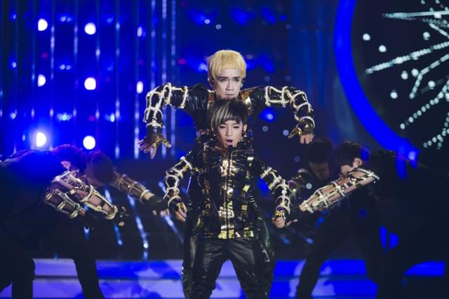 Ca sĩ Minh Thuận và bé Anh Duy mặc áo gắn đèn nhấp nháy, sắm vai các thành viên của nhóm nhạc Hàn Quốc TVXQ, biểu diễn ca khúc Catch me