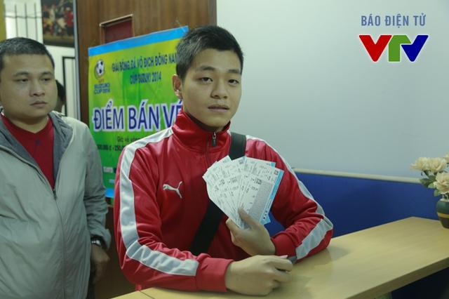 Người đầu tiên mua vé là một bạn sinh viên. Bạn chọn mức vé 100.000 đồng để vừa hợp túi tiền, vừa có thể cổ vũ cho ĐTQG Việt Nam.