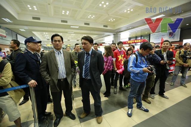 Quan chức Liên đoàn bóng đá Việt Nam (VFF) cũng có mặt để đón ĐT trở về sau chiến thắng.