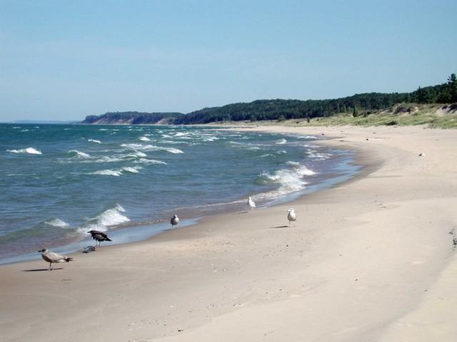 Hồ Michigan luôn đứng đầu trong 5 hồ nằm ở biên giới 2 nước Canada và Mỹ về số người thiệt mạng. Michigan có địa hình lòng hồ dễ tạo sóng lớn và dòng nước xoáy. Mặc dù vậy khách du lịch và dân địa phương vẫn bất chấp nguy hiểm để đến tắm.