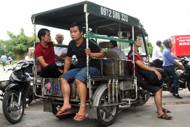 Cổng động viên chờ đợi mua vé  trên xe ba gác trưa ngày 12/9.
