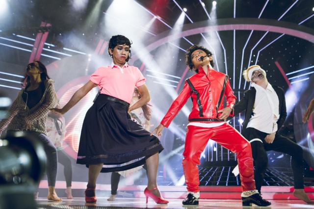 Minh Thuận và Anh Duy nhuộm da đen, đóng vai vua nhạc pop Michael Jackson, thể hiện ca khúc mang màu sắc kinh dị Thriller nhân dịp lễ Halloween
