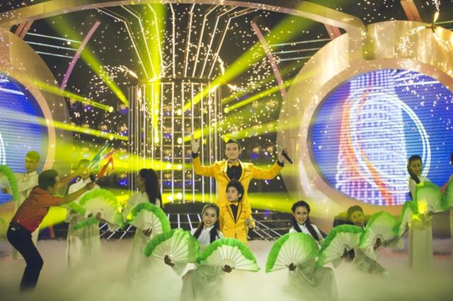 Màn kết đẹp mắt của tiết mục này khiến GK khách mời Minh Nhí lên tận sân khấu cổ vũ cho cặp thí sinh