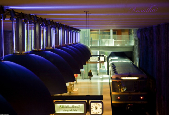Những chiếc đèn tròn lớn phản ánh sáng màu xanh, đỏ và vàng làm cho không gian của ga Westfriedhof(Munich, Đức) trở nên vô cùng ấn tượng.