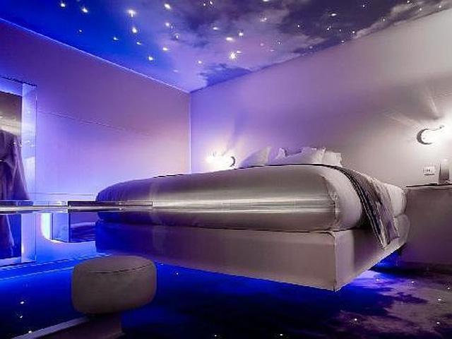 One by The Five, (Paris) Pháp từng được bình chọn là khách sạn có phòng ngủ gợi cảm nhất thế giới. Trong phòng trang trí đèn ánh sáng lãng mạn và trần đính nhiều ngôi sao.