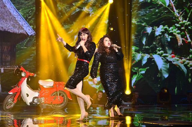 Cặp đôi Dương Hoàng Yến - Hà Duy hóa thân thành 2 nữ ca sĩ máu lửa của làng nhạc Việt là Siu Back và Phương Thanh qua ca khúc Ly cà phê Ban mê.