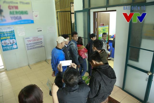 """Vé bán ra thu hút được lượng người mua khá đa dạng. Trong khi đối tượng sinh viên chủ yếu chọn mức giá thấp nhất, một số khác lại chọn mức vé cao hơn để """"cổ vũ hết mình"""" cho ĐTQG Việt Nam."""