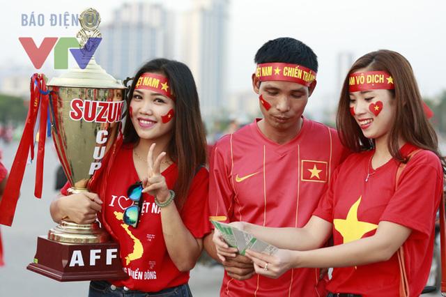 Đàn ông không phải đối tượng duy nhất tới xem và cổ vũ cho ĐT Việt Nam.