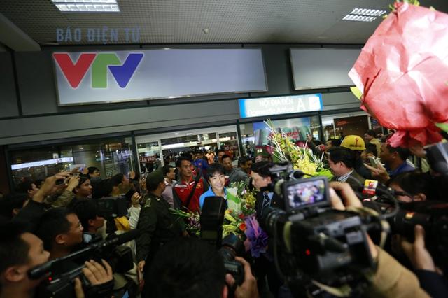 Mọi người ồ lên sung sướng khi được thấy HLV Miura và các học trò bước ra.