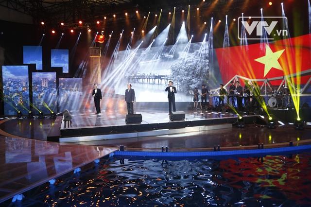Mở đầu chương trình là ca khúc: Hà nội - Niềm tin và hy vọng qua phần trình bày của NSND Trung Kiên, ca sỹ Đăng Dương và ca sỹ Minh Quân, tượng trưng cho 3 thế hệ người dân Hà Nội.