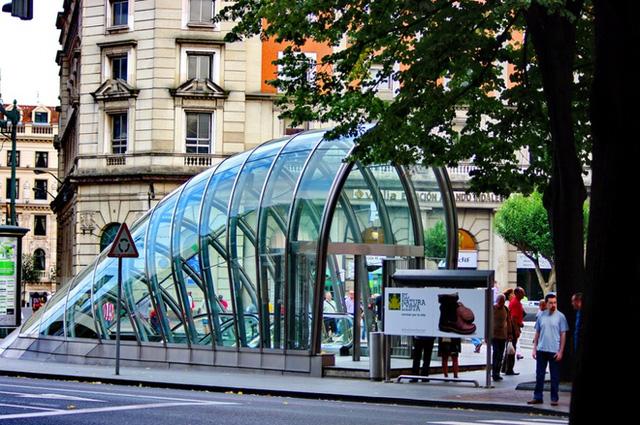 """Nhà ga Fosteritos (Bilbao, Tây Ban Nha) còn được gọi là """"Little Fosters"""" (Fosters bé nhỏ) theo tên của Norman Foster - kiến trúc sư của công trình. Lối xuống ga được sáng tạo với mái cong và kính trong suốt."""