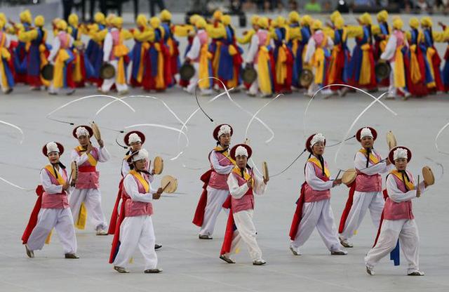 Vũ khúc Pungmul thu hút hàng trăm nghệ sĩ với trang phục cổ truyền đầy màu sắc.