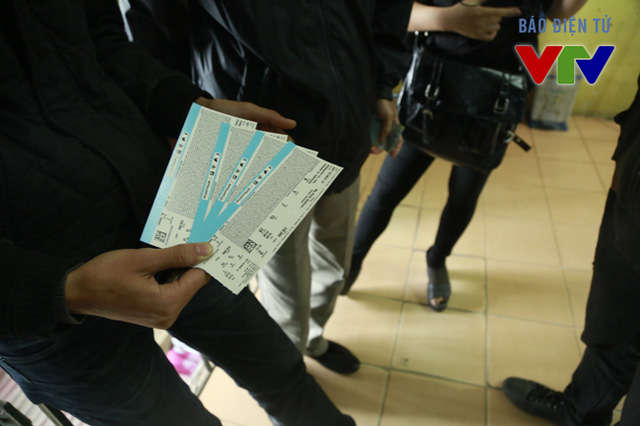 Tại địa điểm 59 Hoàng Cầu, trong ngày đầu tiên bán vé, BTC mới chỉ bán ra vé của trận đấu khai màn giữa ĐTQG Việt Nam và ĐTQG Indonesia. Tuy nhiên, hầu hết những CĐV được hỏi cho biết họ cũng chỉ muốn mua vé theo dõi trận đấu hấp dẫn này, phần còn lại thì... tính sau.