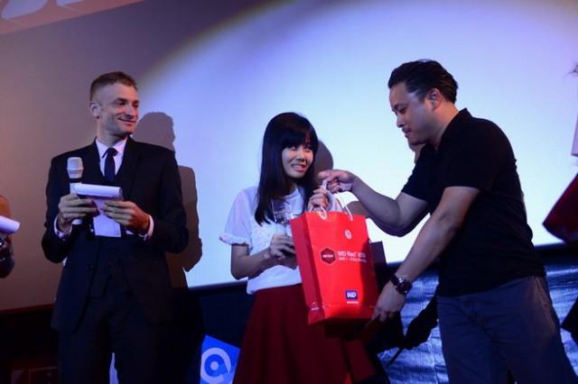 Nguyễn Hoàng Anh nhận giải Nữ diễn viên xuất sắc nhất - Ảnh: Quang Định