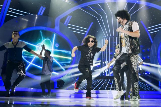 Kyo York và béJu Uyên Nhihóa thânhai nghệ sĩ Redfoo và Sky Blu, thể hiện ca khúc Party rock anthem