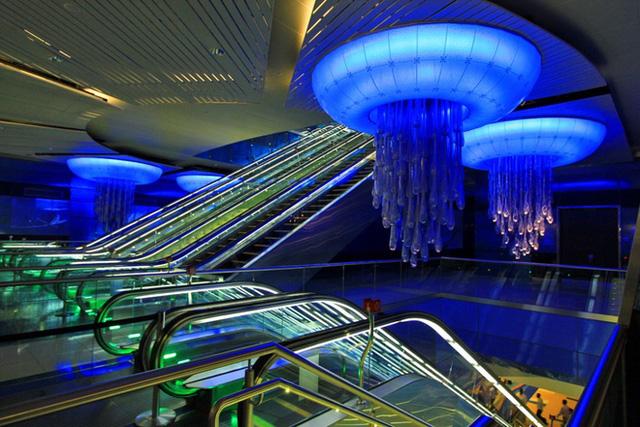Những chiếc đèn treo hình sứa khiến không gian nhà ga Khalid Bin Al Waleed(Dubai) trông như một thủy cung có vẻ đẹp ảo diệu.