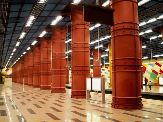 Nhà ga Olaias (Lisbon, Bồ Đào Nha) được xây dựng để phục vụ 11 triệu khách khi Lisbon tổ chức hội chợ quốc tế năm 1998. Giữ gìn những sắc màu rực rỡ của riêng mình, Olaias vẫn được coi là một tác phẩm nghệ thuật hiện đại.