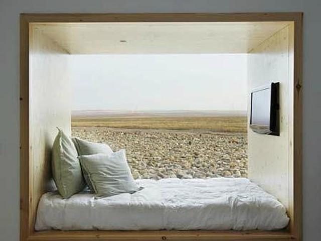Khách sạn Aire de Bardenas, Tudela (Tây Ban Nha) thiết kế những phòng ngủ với giường được đặt trong một góc thụt. Ngoài trang bị tivi ngay trên giường, còn có cả một bức tường bằng kính trong suốt nhìn ra cánh đồng lúa mì rộng mênh mang.