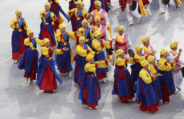 Một nhóm vũ công tham gia vào lễ khai mạc.