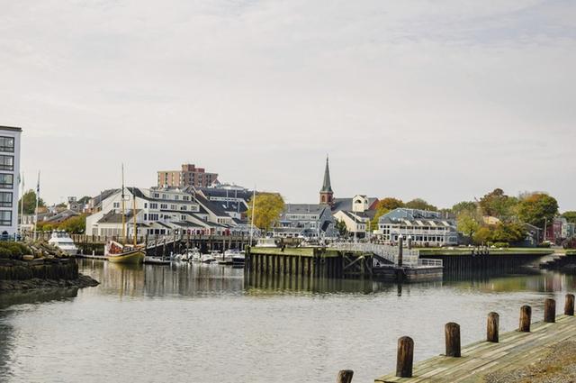 Nếu bạn là một fan cuồng của Halloween thì Salem, Massachusetts thực sự là một nơi lý tưởng. Vào thế kỷ 17, nơi đây đã chứng kiến một thảm kịch kinh khủng của nhân loại: những người bị nghi ngờ là phù thủy bị truy lùng, xét xử và hành quyết.