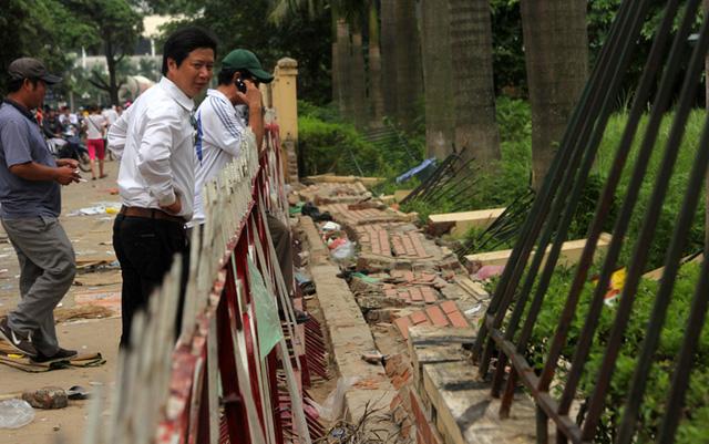 Tuy đoạn tường rào được xây dựng chắc chắn với bê tông và rào thép cũng không chịu được sự quá tải từ cổng động viên.