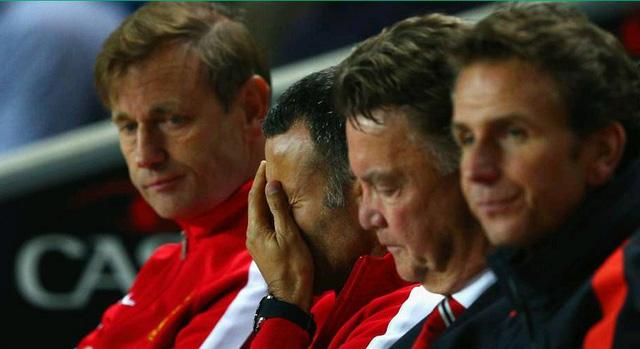 HLV Van Gaal và trợ lí Giggs thất vọng sau thất bại của Man Utd trước MK Dons.