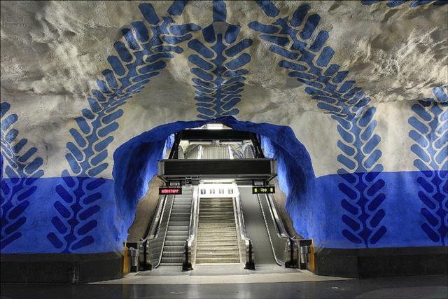 T-Centralen - ga tàu điện ngầm trung tâm Stockholm (Thụy Điển)có diện mạo rất độc đáo làm du khách cảm giác như lạc vào một hang động lớn được trang trí bằng các họa tiết trừu tượng.