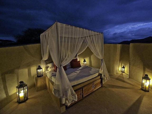 Phòng ngủ của ol Donyo Lodge (Kenya), có trần chính là bầu trời sao có cửa dẫn vào theo đường hành lang đá uốn lượn.
