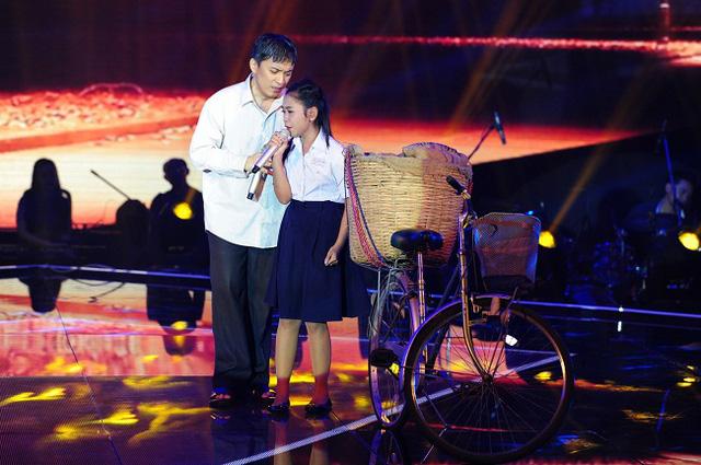 Lam Trường ăn mặc bình dân, vào vai người cha nghèo khổ, dắt xe đạp lên sân khấu... bán bánh mì. Bé Thiên Nhâm vào vai con gái của nam ca sĩ, có năng khiếu âm nhạc và muốn đi thi hát nhưng không có điều kiện.