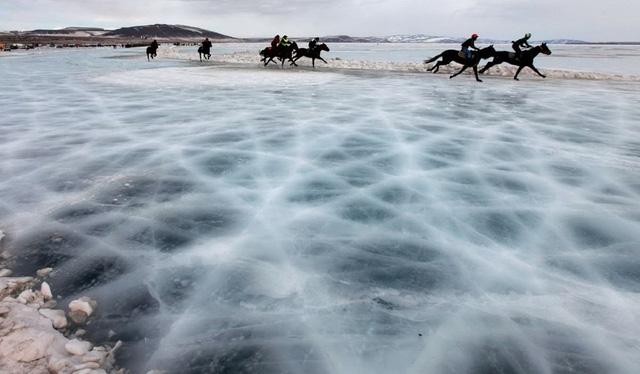 Cuộc thi đua ngựa trên sông Yenisei (Nga) hôm 15/3. (Nguồn: Reuters)
