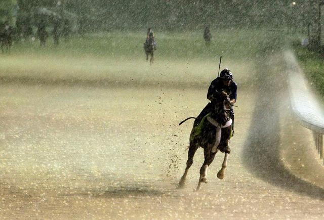 Tay đua ngựa Abel Flores đua dưới trời mưa tầm tã hồi tháng Tư ở Louisville, Mỹ. (Nguồn: AP)