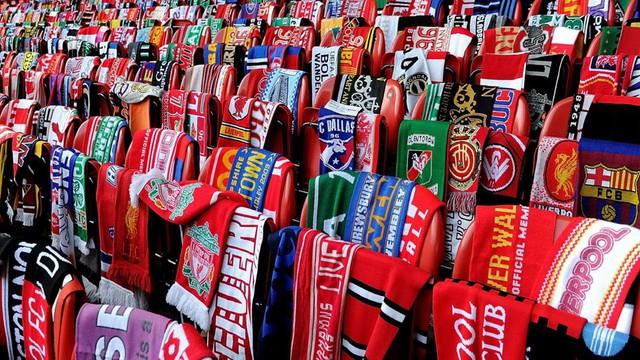 Hàng ngàn chiếc khăn của câu lạc bộ Liverpool tại sân vận động Anfield để tượng niệm 25 năm ngày xảy ra thảm họa Hillsborough làm 96 cổ động viên Liverpool (Anh) thiệt mạng. (Nguồn: Getty Images)