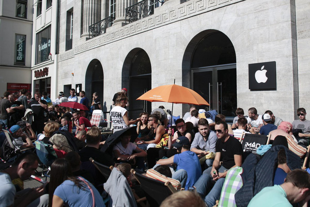 Nhiều người cắm trại trước cửa hàng của Apple tại Berlin, Đức