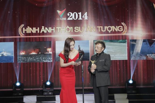 Ca sĩ Ái Phương và Nhà văn Chu Lai công bố giải thưởng Hình ảnh Thời sự ấn tượng. Giải thưởng thuộc về phóng sự: Hình ảnh Tàu Trung Quốc phun vòi rồng vào tàu Việt Nam ởHoàng Sa.