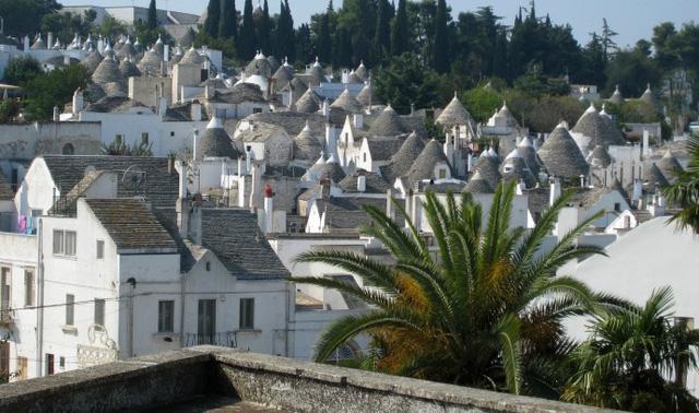 Mái của những ngôi nhà được xây theo hình chóp nón.