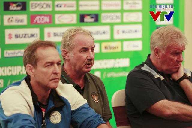 HLV Alfred Riedl tỏ ra rất thận trọng khi đụng độ Việt Nam ở ngày mở màn AFF Suzuki Cup 2014 và cho rằng đội chủ nhà có nhiều cơ hội đi tiếp cùng Indonesia.