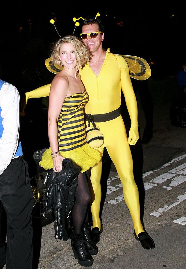 Ali Larter và Hayes MacAuthur trong trang phục những chú ong