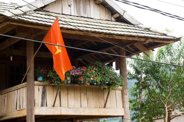 Mỗi mái nhà của người dân nơi đây đều được trang trí một lá cờ Tổ quốc.