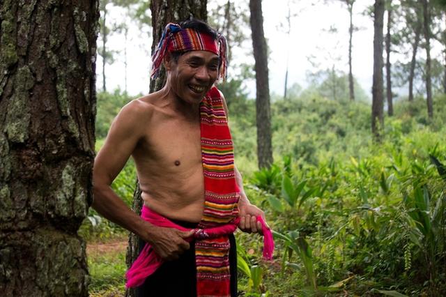 Từ sáng sớm, người Thái và Mông, ai cũng sửa soạn để có một diện mạo xinh đẹp nhất trước khi xuống phố huyện. Không chỉ những người phụ nữ vốn điệu đà, những người đàn ông cũng không bỏ qua cơ hội được khoác lên mình những trang phục đặc trưng của dân tộc mình.