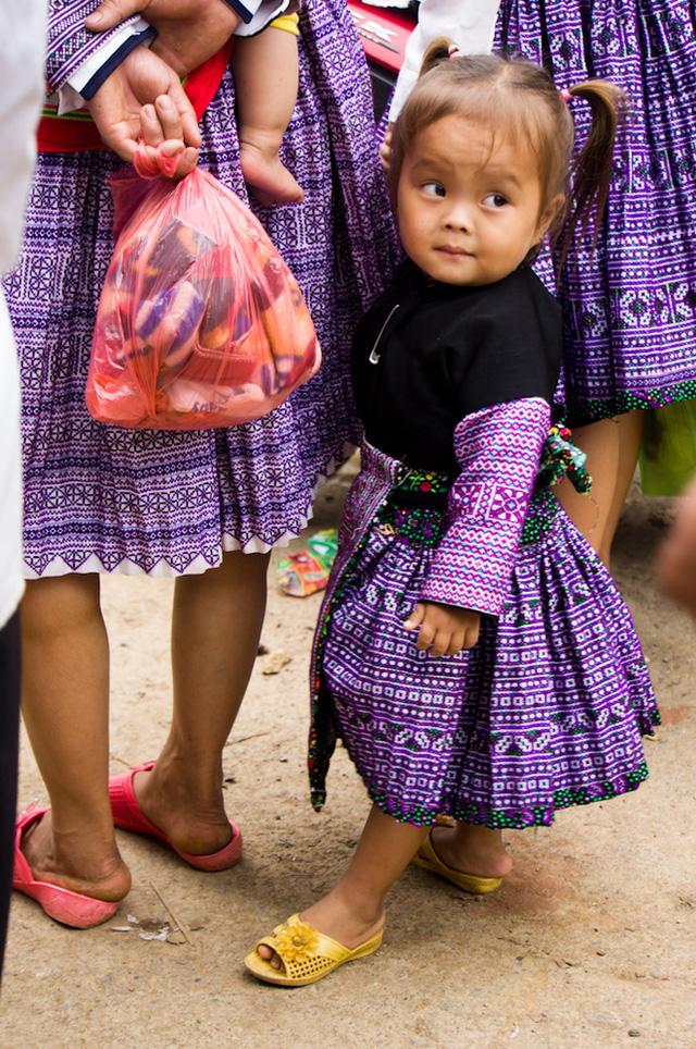 Không chỉ người lớn, trẻ nhỏ cũng được bố mẹ chuẩn bị cho bộ áo váy cầu kỳ nhất để dự Tết.