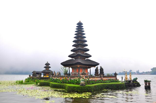 """Đền Ulun Danu Betaran cách Ubud khoảng 40km. Tên của ngôi đền này có nghĩa là """"nơi bắt đầu của hồ"""". Theo đạo Hindu, ngôi đền giúp bảo vệ Bali khỏi những linh hồn của quỷ dữ. Bạn có thể thuê xe máy tự lái hoặc thuê xe trọn gói chở đi về trong một buổi chiều."""