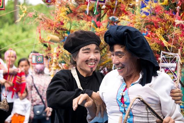 Người dân tộc vui đùa khi tham gia các hoạt động trong trang phục truyền thống.