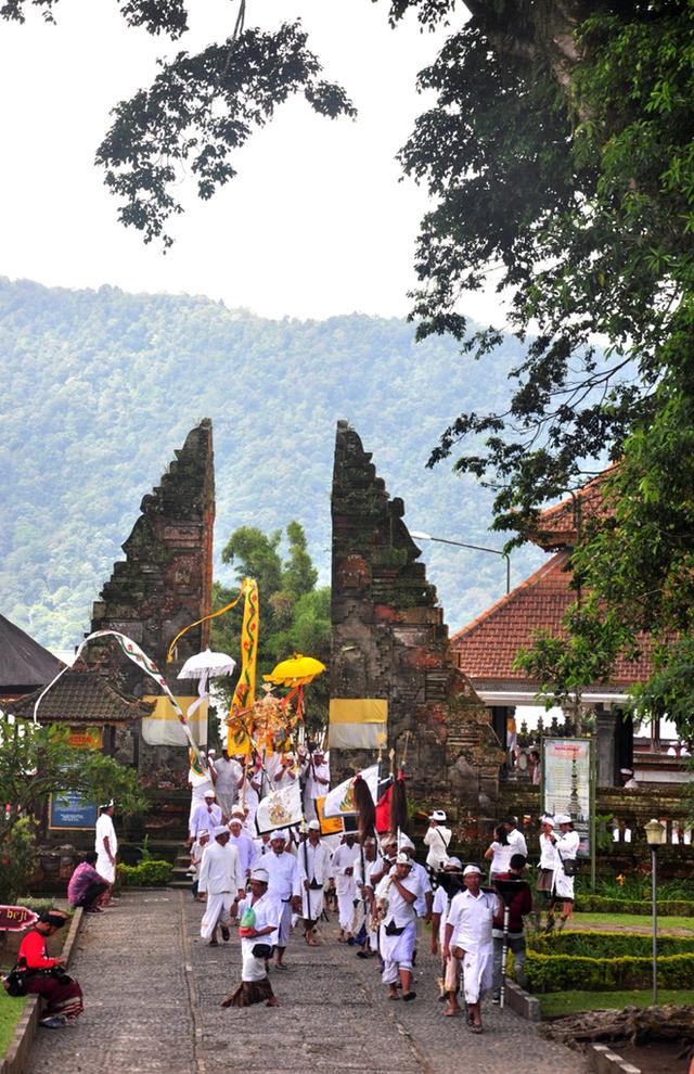 Một lễ hội người dân tổ chức hàng tháng để cầu mong thời tiết thuận lợi, mùa vụ tốt tươi ở đền Ulun Danu Betaran.