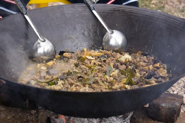 Du khách tới Mộc Châu không chỉ được theo dõi những chương trình hấp dẫn, những màn trình diễn tái hiện lại nét văn hóa dân tộc, mà còn được thưởng thức những món ăn mang đặc trưng của núi rừng Tây Bắc.