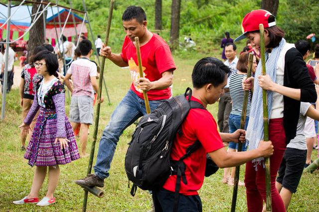 Khách du lịch cũng có cơ hội tham gia vào một số trò chơi truyền thống như ném còn, múa xòe, đi cà kheo...
