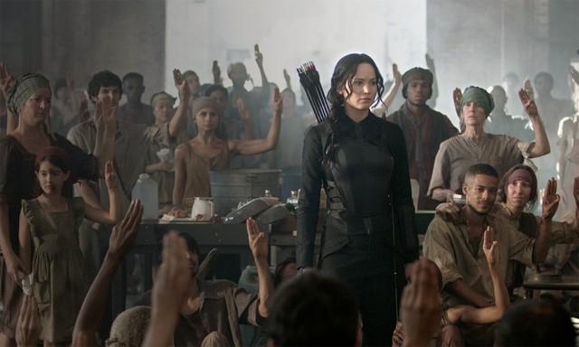The Hunger Games - Mockingjay đã giảm bớt những cảnh chiến đấu bạo lực mà thay vào đó yếu tố đấu trí được đẩy lên cao hơn.