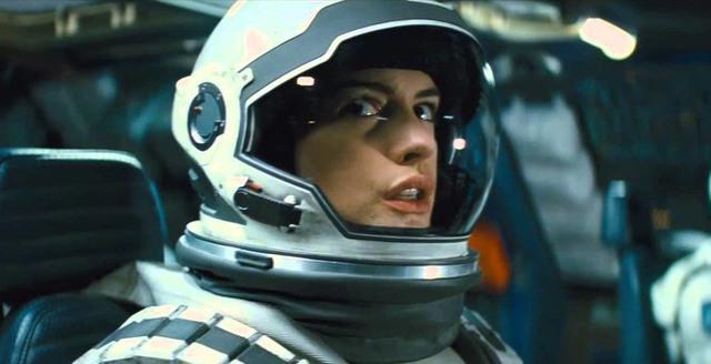 Anne Hathaway với mái tóc cắt ngắn trong phim