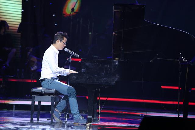 Hoàng Bách thể hiện ca khúc Người đàn ông trong ngôi nhà vắng tại Liveshow BHYT